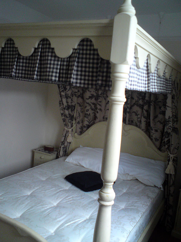 four poster guest room